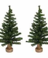 2x kleine kerstbomen in jute zak inclusief verlichting 75 cm